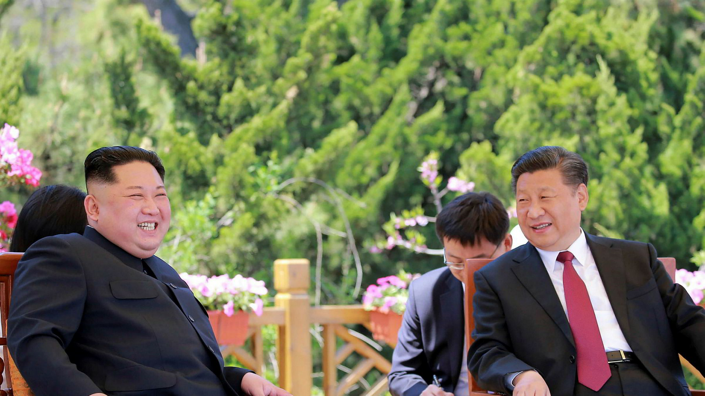 Nord-Koreas leder Kim Jong Un skal på nytt besøk til Kina denne uken. Bildet er fra et av de tidligere møtene med Kinas leder Xi Jinping.