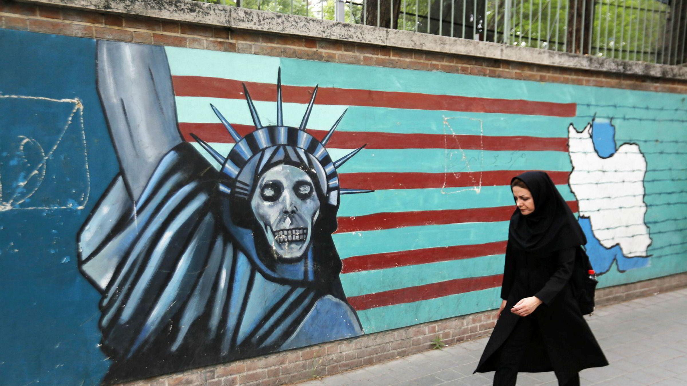 Iran spotter USA foran Donald Trumps kunngjøring i kveld, her på en mur utenfor den gamle amerikanske ambassaden i Teheran.