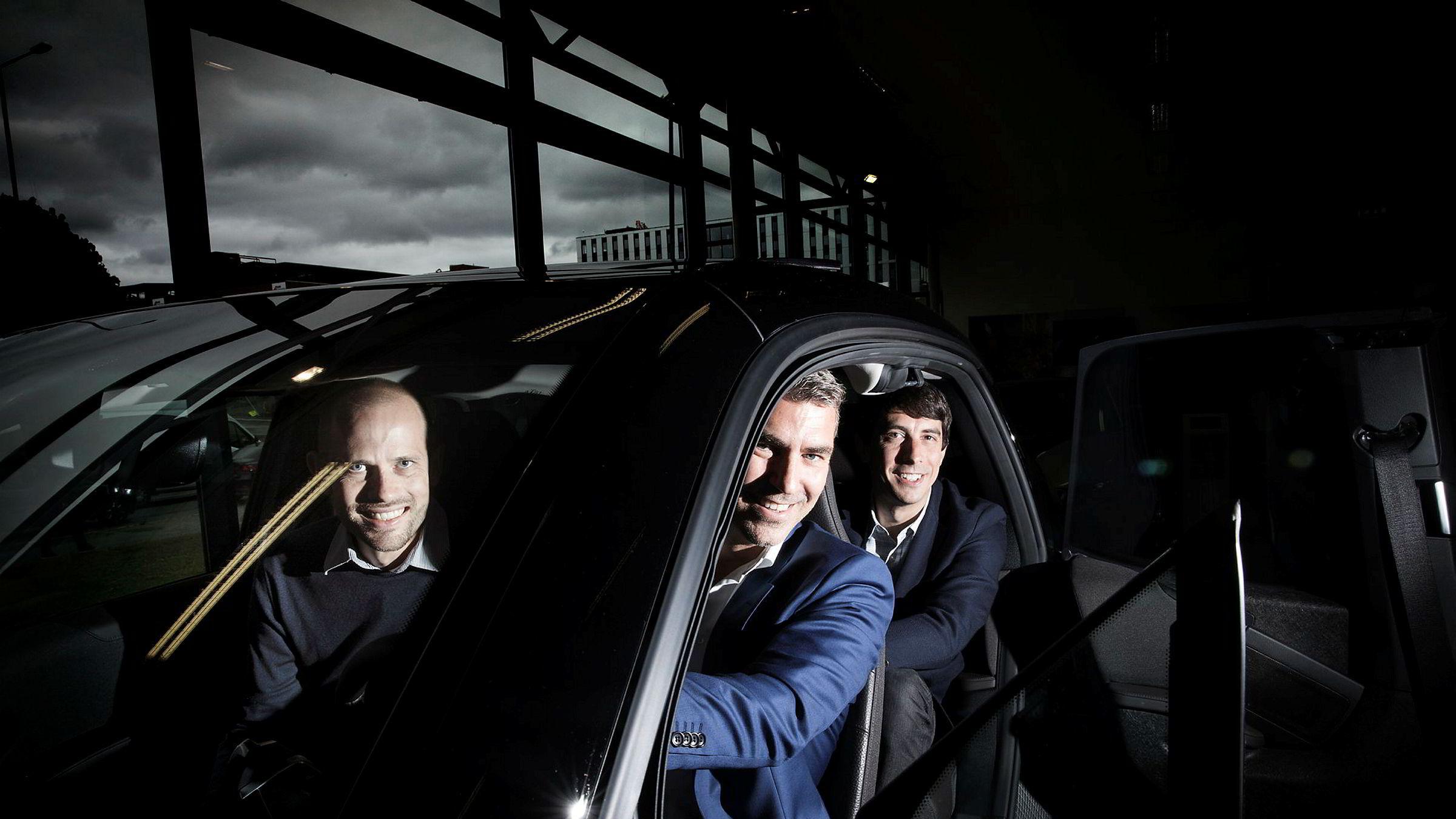 Rasmus Myklebust, (til venstre) daglig leder i SammeVei har fått med seg Jacob Tveraabak, konsernsjef Miklagruppen og David Piperno, finansdirektør i det amerikanske bildelingsselskapet Fasten, som samkjørere for å få fart på samkjøringsappen Sammevei.