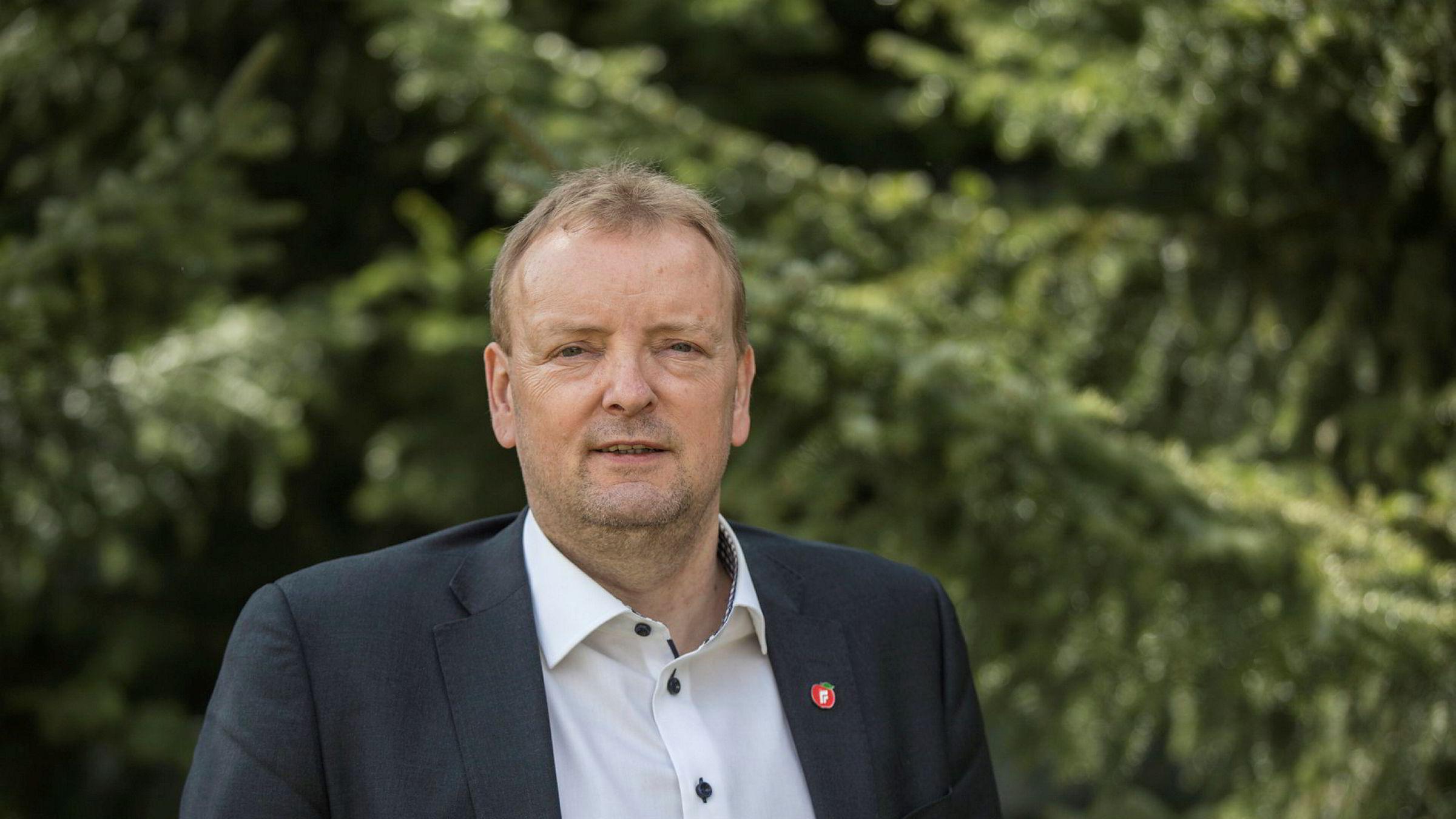 Frps energipolitiske talsperson Terje Halleland (Frp) beskylder regjeringspartner Høyre for å vingle i oljepolitikken.