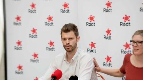 Leder av Rødt Bjørnar Moxnes sier Ap-leder Jonas Gahr Støre kom med gode signaler om bruk av Oljefondet. Til høyre 1. nestleder Marie Sneve.
