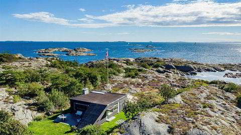Hytta på Brattholmen nord for Hankø ligger diskré til, skjermet for innsyn. Prisantydningen er redusert fra 60 til 32 millioner kroner.