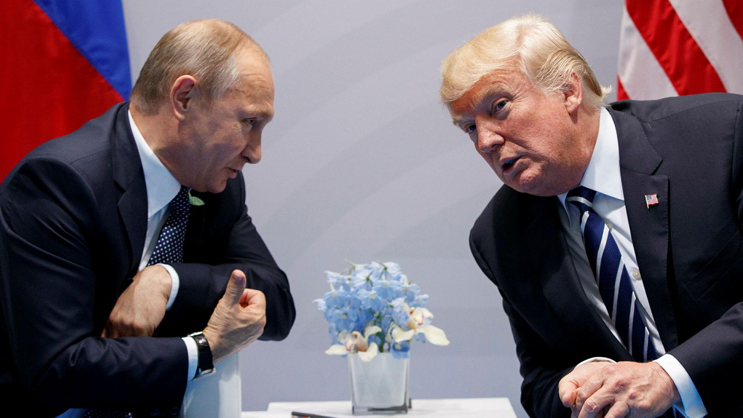 Russlands president Vladimir Putin i samtale med USAs president Donald Trump. Ifølge Washington Post skal et selskap med forbindelser til Kreml ha blandet seg inn i den amerikanske vagkampen og sådd splid. Donald Trump har så langt vært skeptisk til påstander om russisk innblanding.