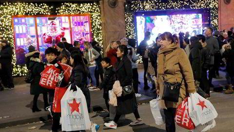 Kunder utenfor Macy's på Manhattan i New York på Black Friday noen uker før jul.