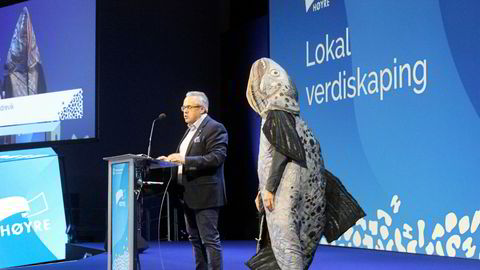 Tom Georg Indrevik, leder av Vestland Høyre, holdt et flammende innlegg mot lakseskatt. Med seg på scenen hadde han med seg hovedpersonen selv.