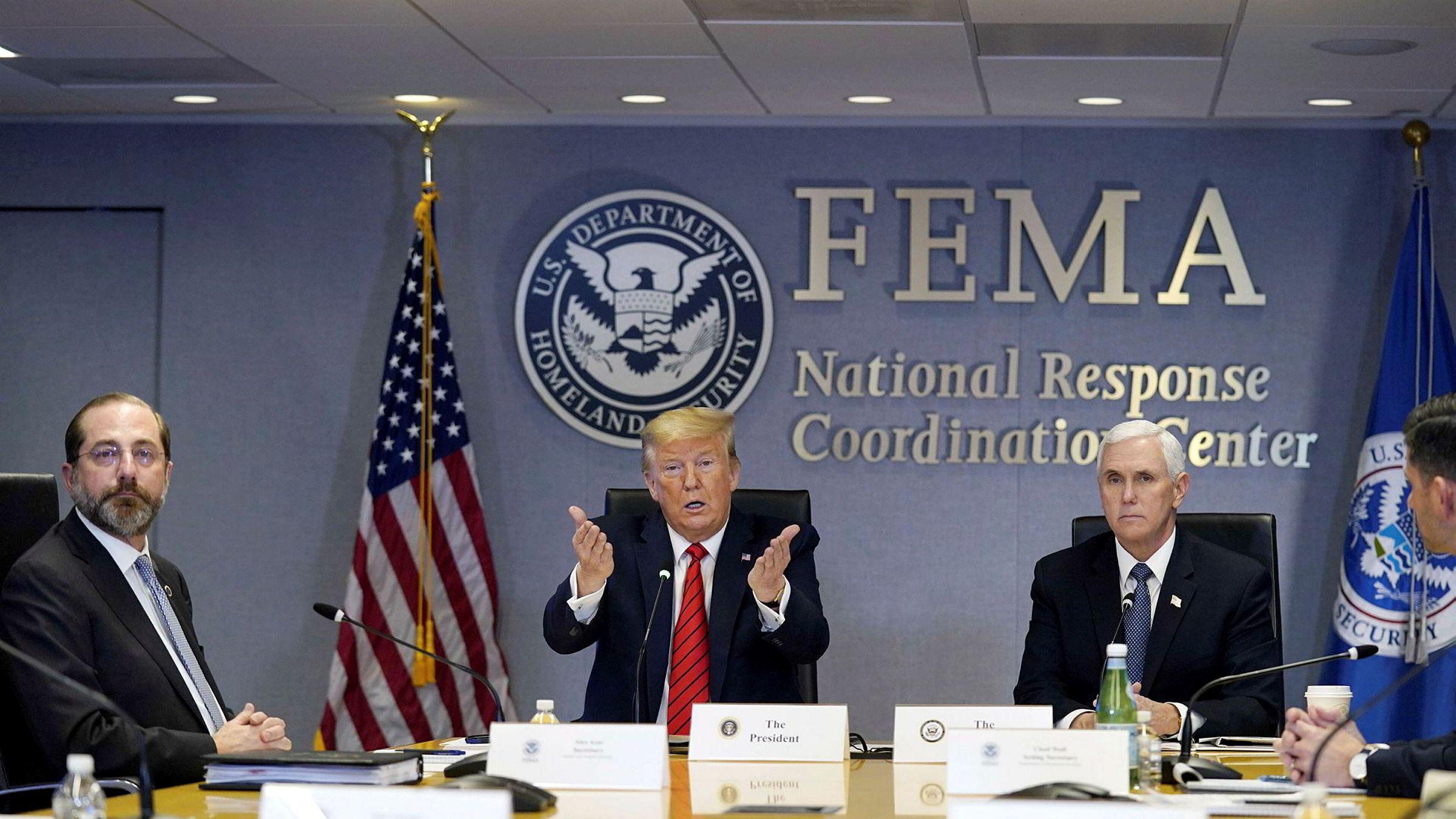 Donald Trump har insistert på at han hadde full kontroll, at han selv var nær ekspert på feltet, og at korona snart ville forsvinne som ved «et mirakel». Mandag var det brått slutt. Her sammen med helseminister Alex Azar (til venstre) og visepresident Mike Pence.