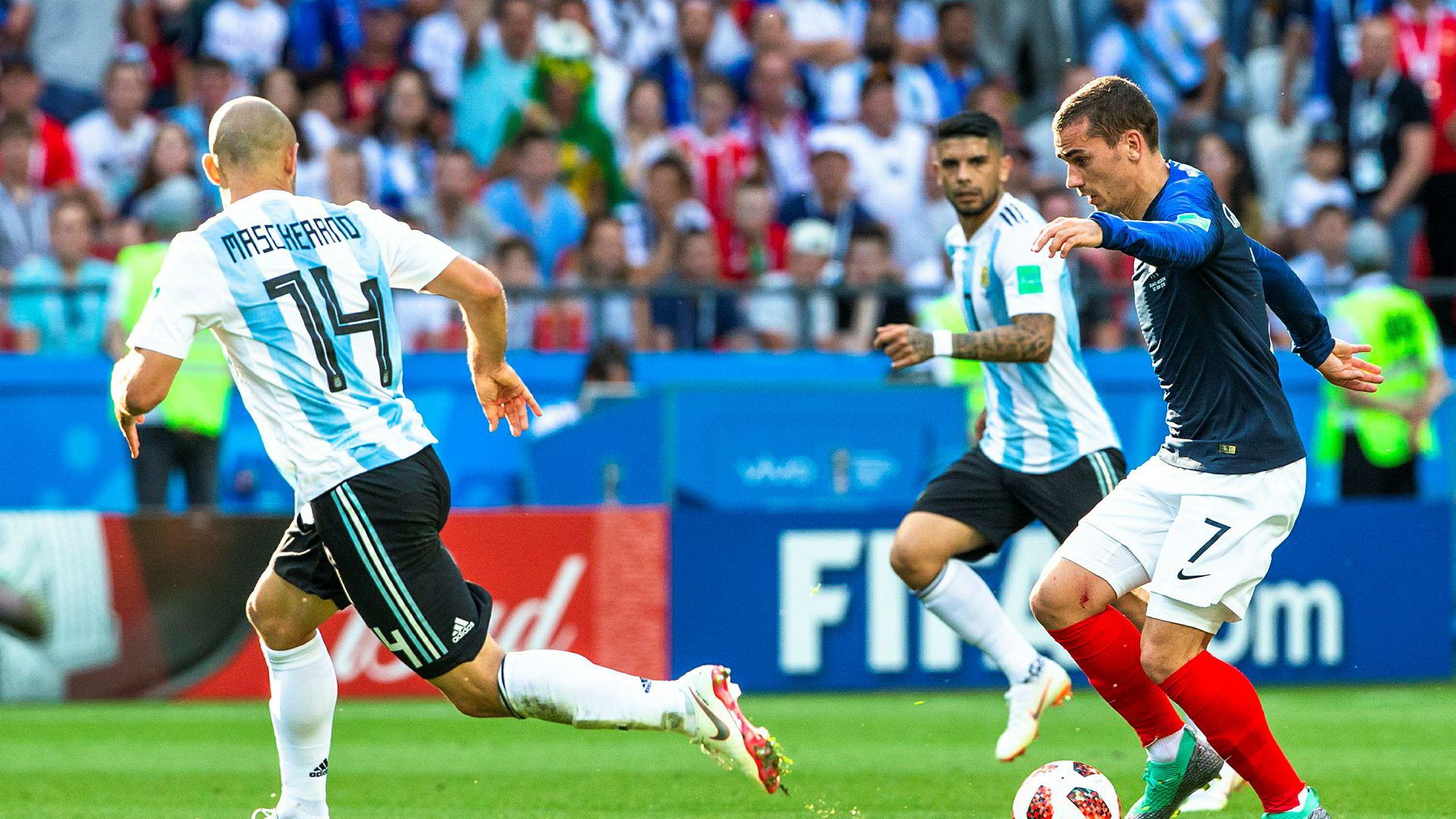 Viasat-kunder sto i fare for å miste tilgangen til TV 2-kanaler og attraksjoner som fotball VM, men nå er partene blitt enige om en ny avtale. Avbildet er Antoine Griezmann (t.h.) og Javier Mascherano i VM-kampen mellom Frankrike og Argentina på Kazan Arena, der førstnevnte vant og gikk videre til kvartfinale.