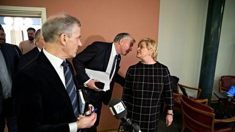 Høyres parlamentariske leder Trond Helleland er ikke enig med Frps Siv Jensen om oljeskatten. Ap-leder Jonas Gahr Støre vet ennå ikke hvilken side han og partiet skal velge til slutt