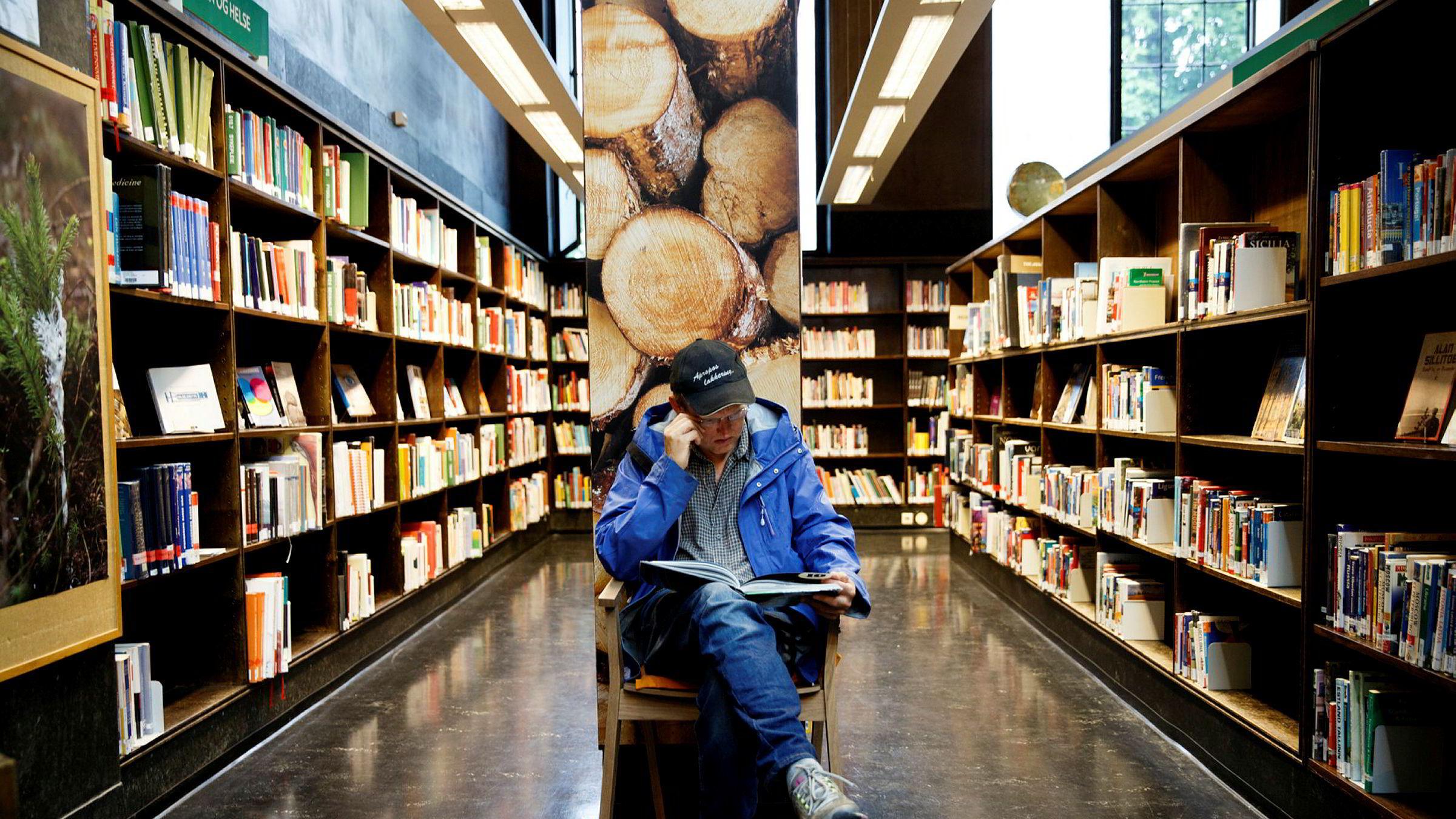 Biblioteket skal være et naturlig sted å henvende seg for den som ønsker å skille mellom ekte og falske nyheter, og mellom gode og dårlige kunnskapskilder, skriver statsministeren. Bildet er fra Deichmanske bibliotek.