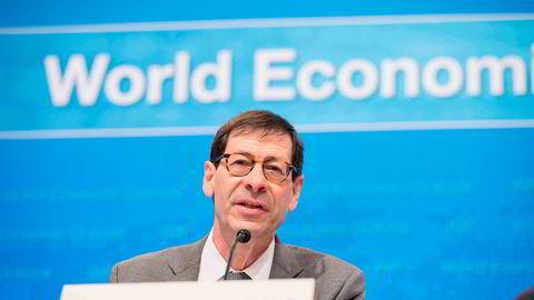 Sjeføkonom i Det internasjonale pengefondet (IMF), Maurice Obstfeld, mener risikoen for en global økonomisk nedtur øker. Her avbildet på en pressekonferanse i fjor.