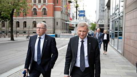 Konsernsjef Eldar Sætre (til venstre) og styreleder Jon Erik Reinhardsen i Equinor på vei til Olje- og energidepartementets kontorer i Akersgata. Bak følger konserndirektør Torgrim Reitan og juridisk direktør Siv Helen Rygh Thorstensen.
