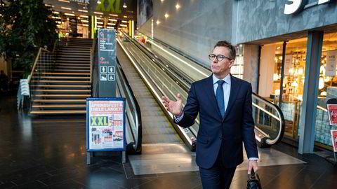 XXLs styreleder Hugo Maurstad utenfor butikken på Alnabru. Analytiker Martin Stenshall i Danske Bank tror Maurstad og XXL må ut å hente penger igjen.