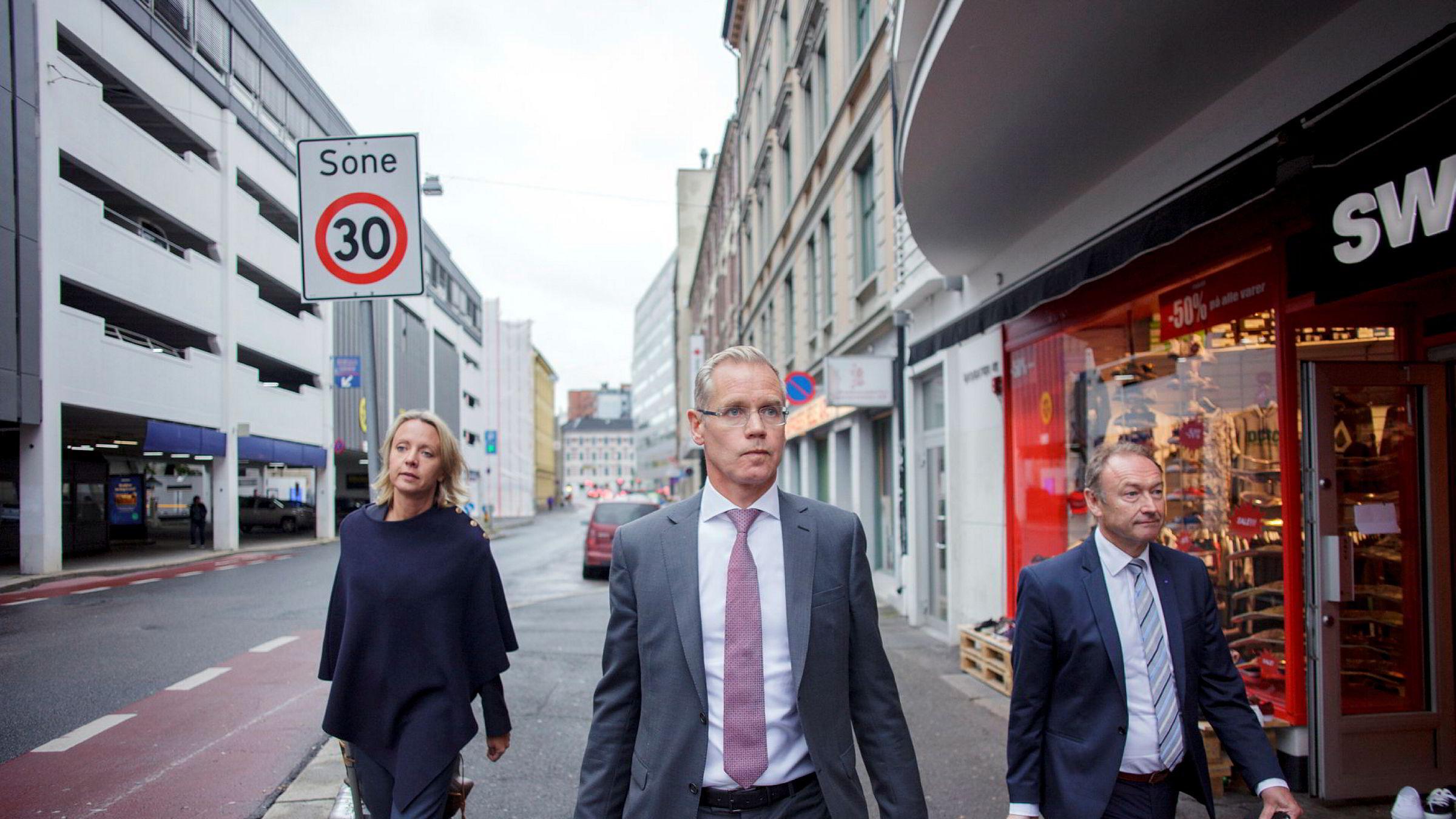 Blir ikke partene enige om en ny avtale, kan det bli streik og parkerte fly mandag morgen. – Det er bekymringsfullt, sier SAS' konsernsjef Rickard Gustafson (midten), her avbildet tirsdag med Karin Nyman, kommunikasjonsdirektør i SAS og pr-sjef Knut-Morten Johansen.
