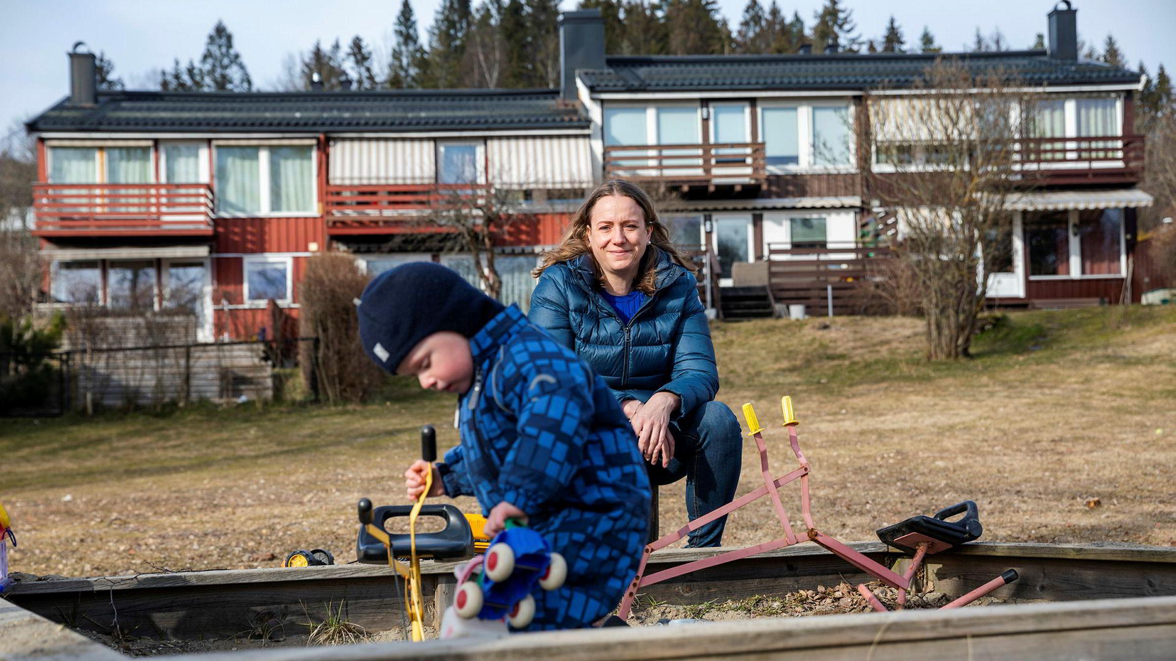 Nanna Sand, her med sønnen Mikkel utenfor huset deres, er skuffet over DNB som ikke setter ned renten raskere.