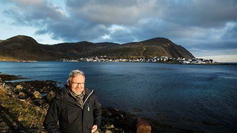Styreleder Steinar Eliassen i Fiskekjøpernes Forening mener ulovlig salg av norsk fisk har passert en milliard kroner. Her står han foran fiskemottaket Nordvågen i Finnmark, der Eliassens fiskerikonsern Norfra har fiskebruk.