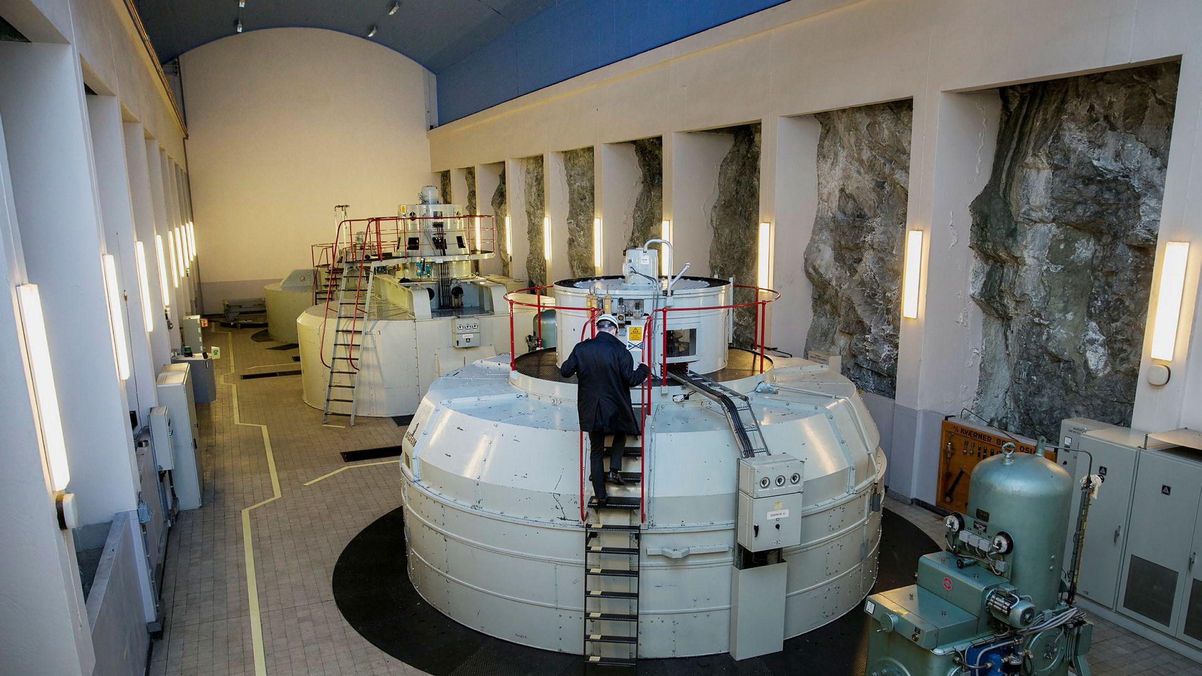 Kraftselskapene bidrar til kommunekassene med eiendomsskatt, naturressursskatt, konsesjonsavgifter og konsesjonskraft, skriver Terje Breivik og Jon Gunnes i innlegget. Bildet viser maskinhallen på kraftverket Nedre Fiskumfoss, med turbiner produsert i 1943.