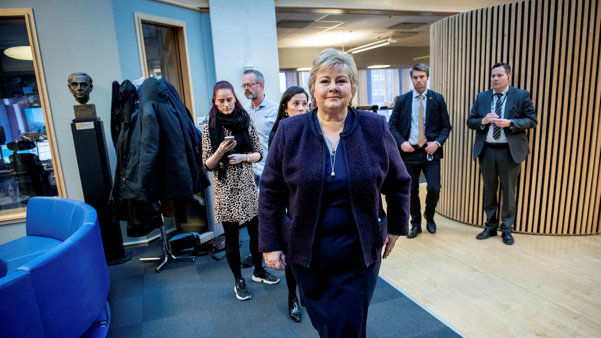 Økonomien er ikke deprimert – det som har skjedd er rett og slett at myndighetene har slukket lyset og låst døren, skriver artikkelforfatteren. Her lyseslokker og statsminister Erna Solberg som har utskrevet medisinen.