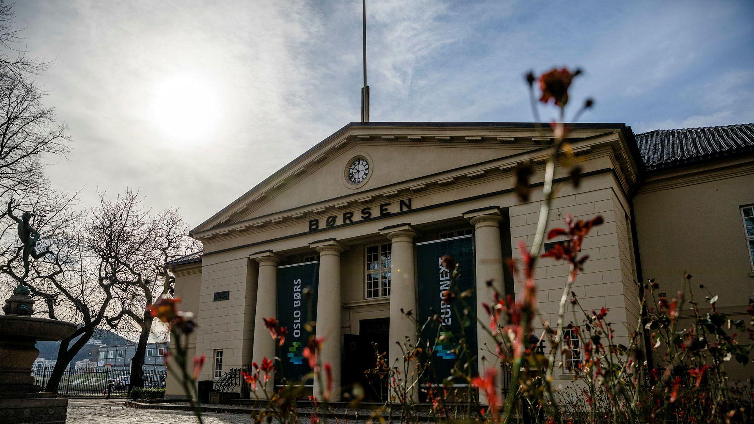 Oslo Børs startet mandagen betydelig ned, men hentet seg inn igjen på meldingen om ubegrenset med kvantitative lettelser fra den amerikanske sentralbanken.