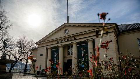 Oslo børs klatret til tre prosent oppgang mandag, til tross for kraftig fall i oljepris.