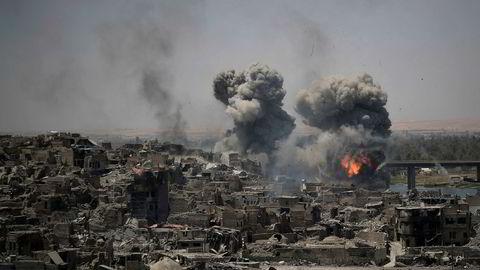 Røyk stiger opp etter luftangrep mot IS-stillinger i Mosul den 11. juli i år. Angrepene mot byen kostet mange sivile liv.