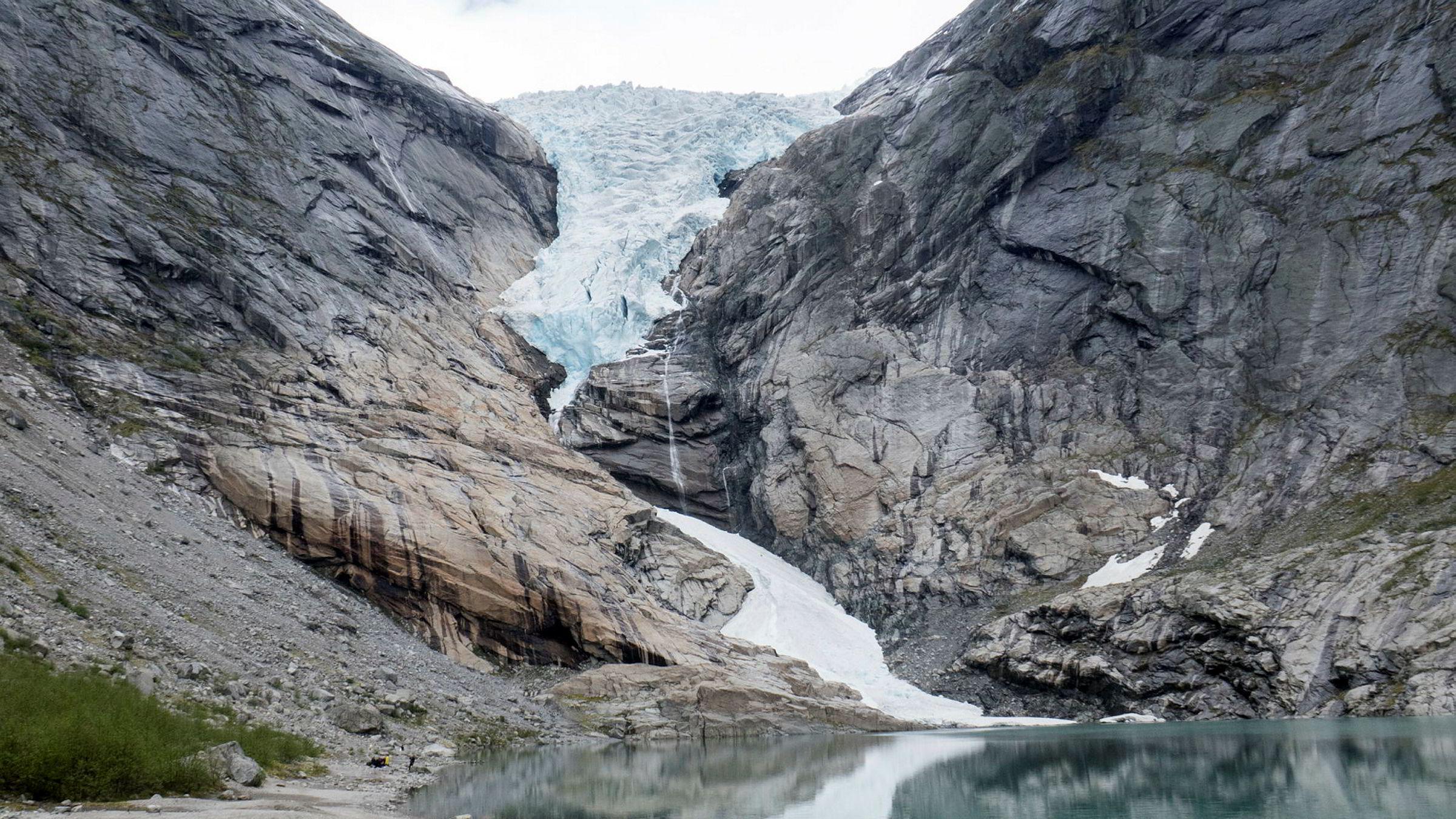 Her i landet vil vi flere steder få kortere vintersesonger og mindre snø, og isbreer som smelter. For eksempel har turistmålet Briksdalsbreen i Sogn og Fjordane krympet med over 800 meter siden midten av 1990-tallet, skriver artikkelforfatteren.
