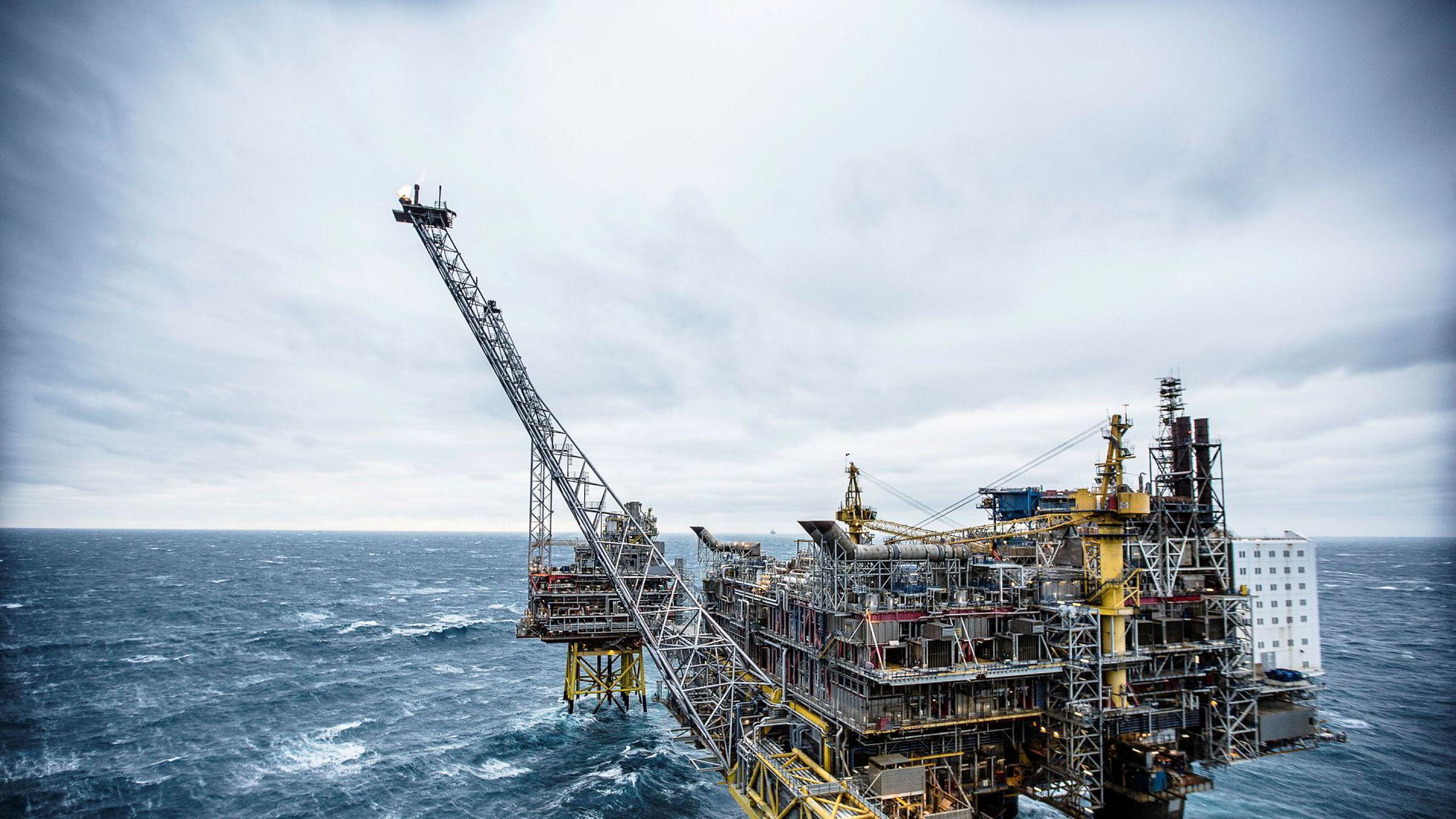 Gjenværende reserver av fossil energi globalt overstiger den mengden vi kan forbrenne for å holde oss innenfor Parisavtalens målsetning, skriver artikkelforfatteren. Her fra Oseberg feltsenter i Nordsjøen.