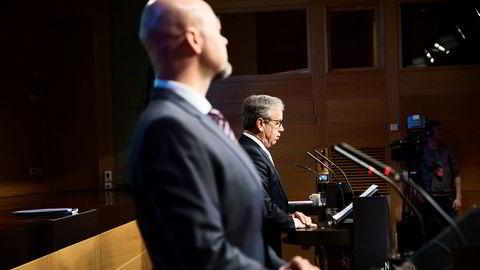 Oljefondets sjef Yngve Slyngstad (foran) og Øystein Olsen, sentralbanksjefen, la frem resultatene for 2017 i Norges Bank tirsdag.
