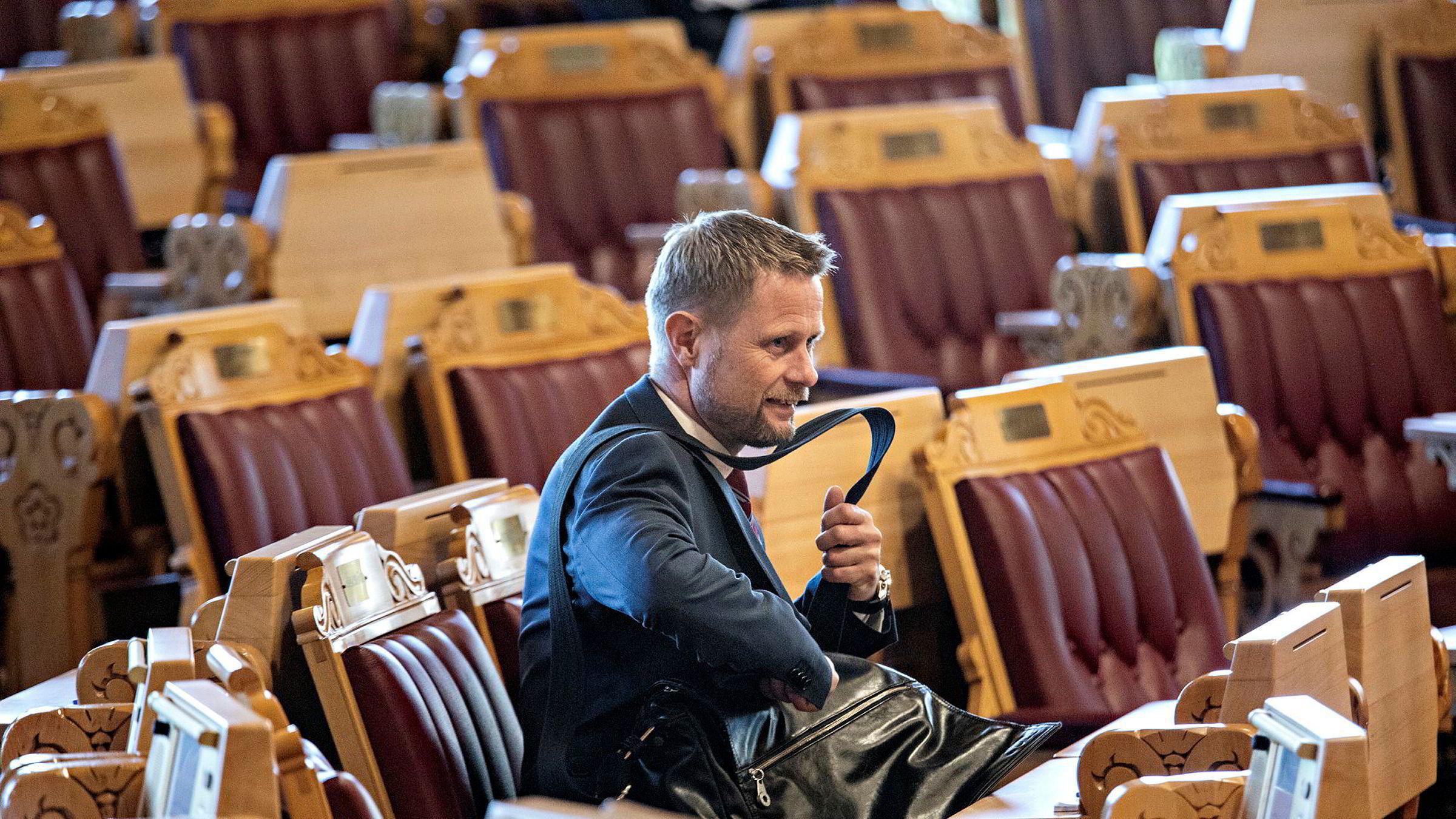 Helseminister Bent Høie har fått beskjed av Stortinget om at han har ansvar for å ordne opp i flyambulanse-saken.
