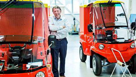 – Det franske-eide selskapet DPD har blant annet bestilt 30 av våre elbiler for å kjøre bilene i London. I år vil Paxster gå i balanse, sier Hans Kristian Torgersen. Her ved selskapets bedrift i Sarpsborg.