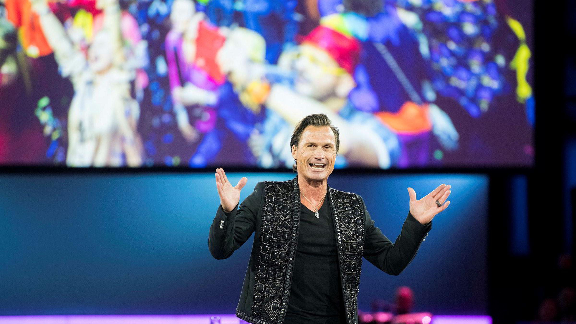 Petter Stordalen på scenen under NHOs årskonferanse. I fjor tjente Strawberry Holding, som han kontrollerer, 610 millioner kroner.