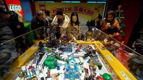 Danske Lego leker med den kinesiske giganten Tencent. Her fra en utstilling i leketøybutikken Hemleys i Beijing.