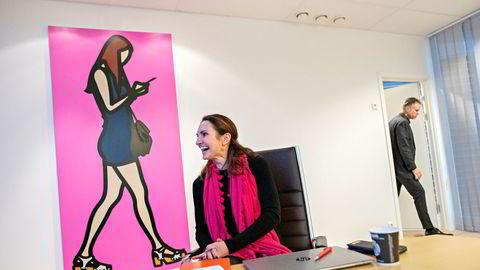 – Jeg tror de aller fleste som kjenner meg godt vil si at jeg er rimelig kommersiell, sier Merete Hverven (42) - her på Moans kontor der et verk av Julian Opie henger på veggen. Hverven tar over som konsernsjef i Visma etter mangeårig konsernsjef Øystein Moan.