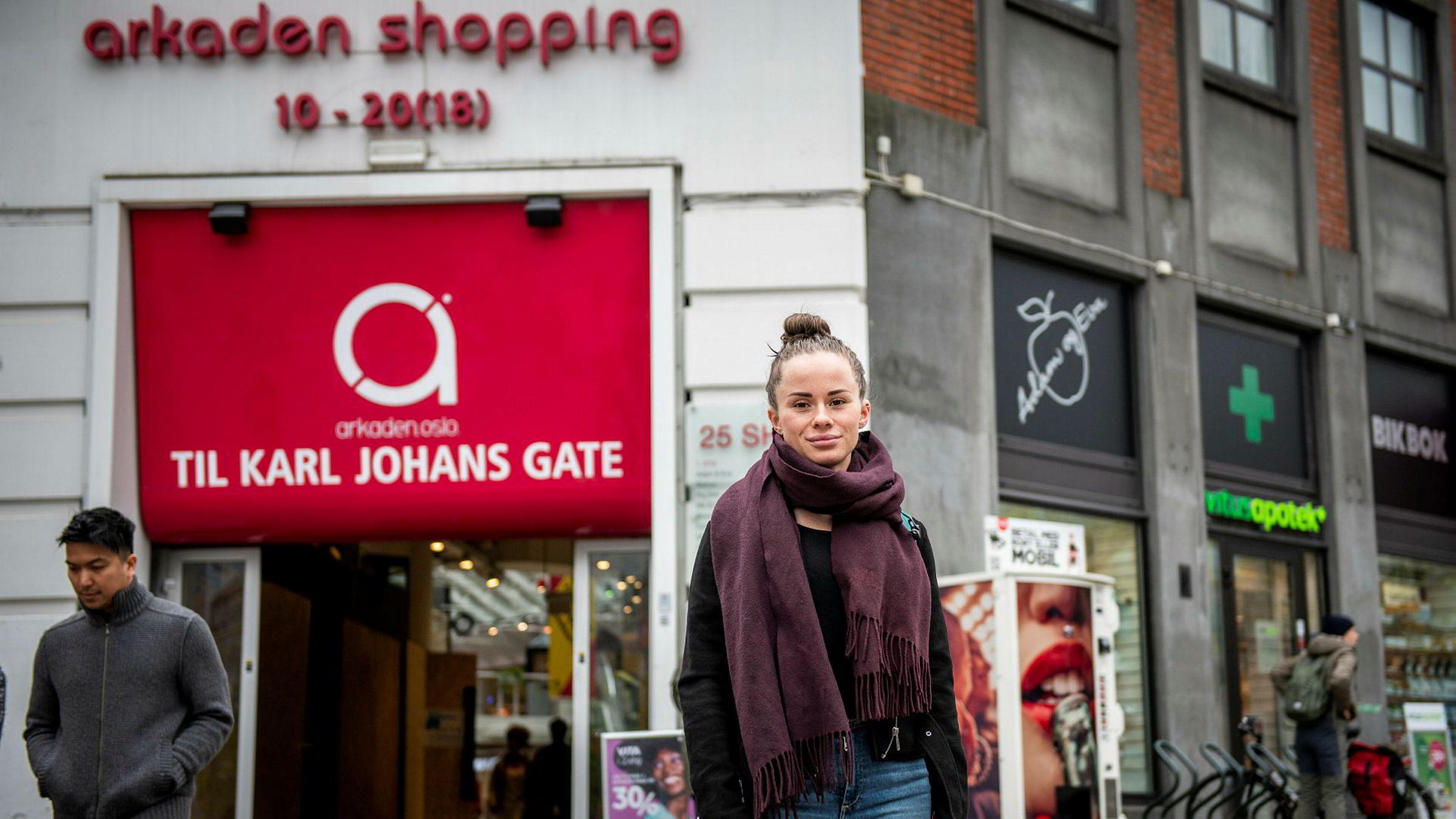 En ny gruppe millenials setter nå sitt preg på norsk handel. Linda Furulund (22) jobber selv i skobutikk og merker hvilke krav og forventninger den nye generasjonen kunder har. Her er hun utenfor Arkaden shopping som er kjent for å ha en ung målgruppe.