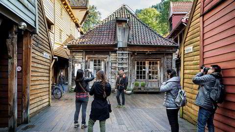 Utenlandske gjester satte ny overnattingsrekord ved norske hoteller i sommer. Her er turister på Bryggen i Bergen.
