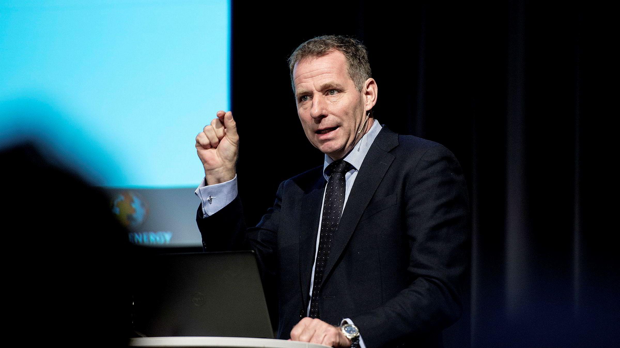 Jarand Rystad spår fryktelige tider for verdens oljeindustri. Prisene kan gå mot ti dollar fatet og norsk leverandørindustri må bare gå i hi i et år.