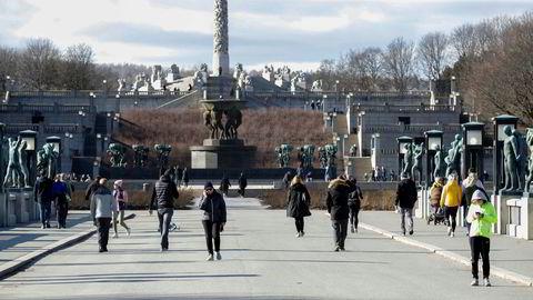 Reiseforbud, hytteforbud og permitteringer. Mange går på tur i Frognerparken om dagen.