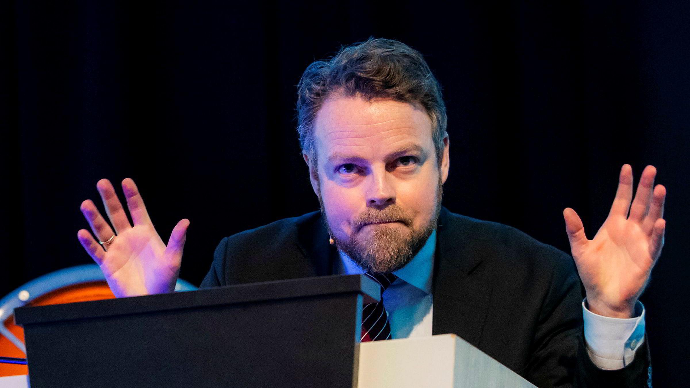 Arbeids- og sosialminister Torbjørn Røe Isaksen og andre politikere får råd om å la ledere og medarbeidere selv sette mål for arbeidet.