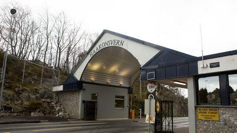 Haakonsvern utenfor Bergen skal ha blitt utsatt for utspekulert svindel fra fra far og forsvars-ansatt sønn.