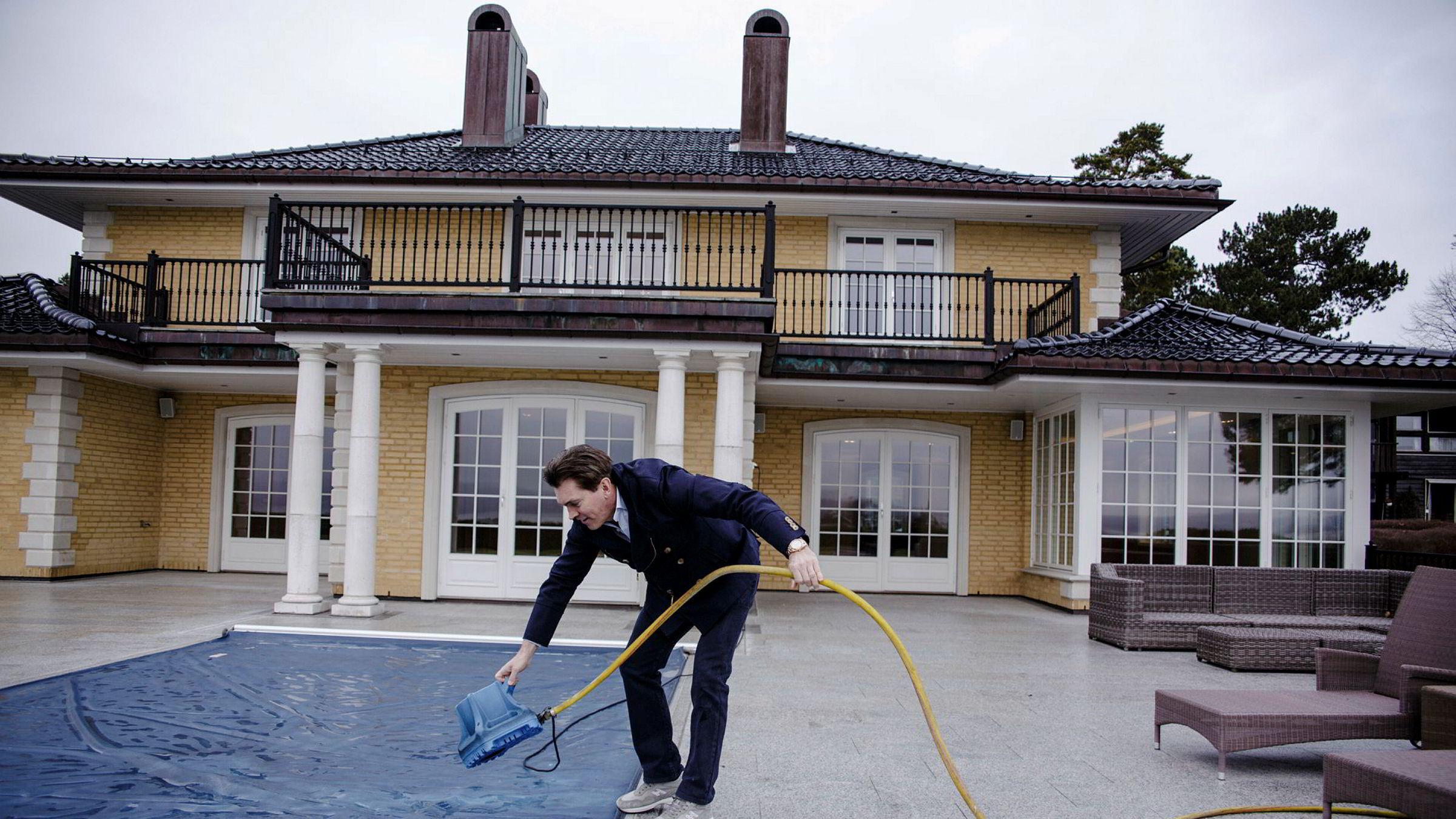 Arne Fredly avbildet ved bassenget i 86-millionershuset han solgte i 2018.