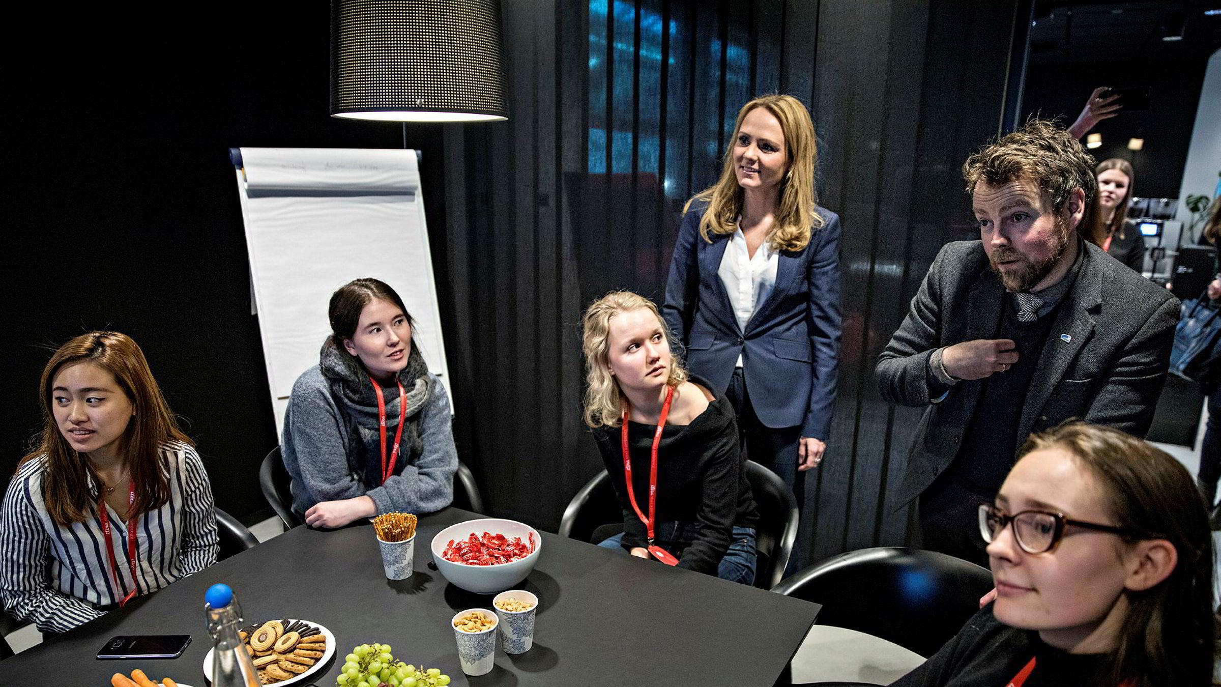 Næringsminister Torbjørn Røe Isaksen (H) og barne- og likestillingsminister Linda Hofstad Helleland (H) diskuterer med NTNU-studentene Nina Duong (fra venstre), Katarina Murphy, Birgitte Swensson og Alis Wiken Wilson som var på bedriftsbesøk i Oslo denne uken.
