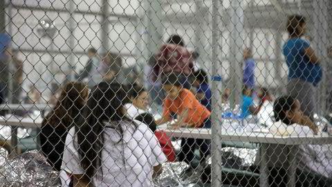Bakgrunnen til protestene denne helgen er USAs innstramninger i innvandringspolitikken. Over 2300 barn av voksne som hadde tatt seg ulovlig inn i USA har siden april blitt skilt fra foreldrene sine og satt i egne interneringsleirer. Bildet viser innvandrerbarn i Trumps interneringsleirer.