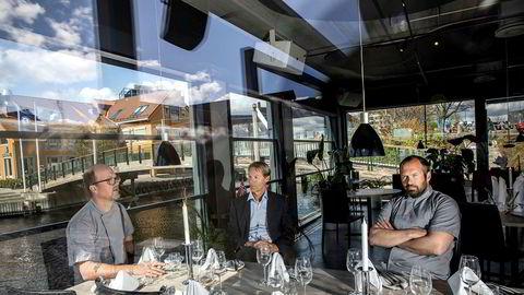 Huseier Kurt Mosvold (i midten) var aldri i tvil om å gi Trond Moi (til venstre) og Stian Tungland en ny mulighet i lokalene ved fiskebryggen i Kristiansand.