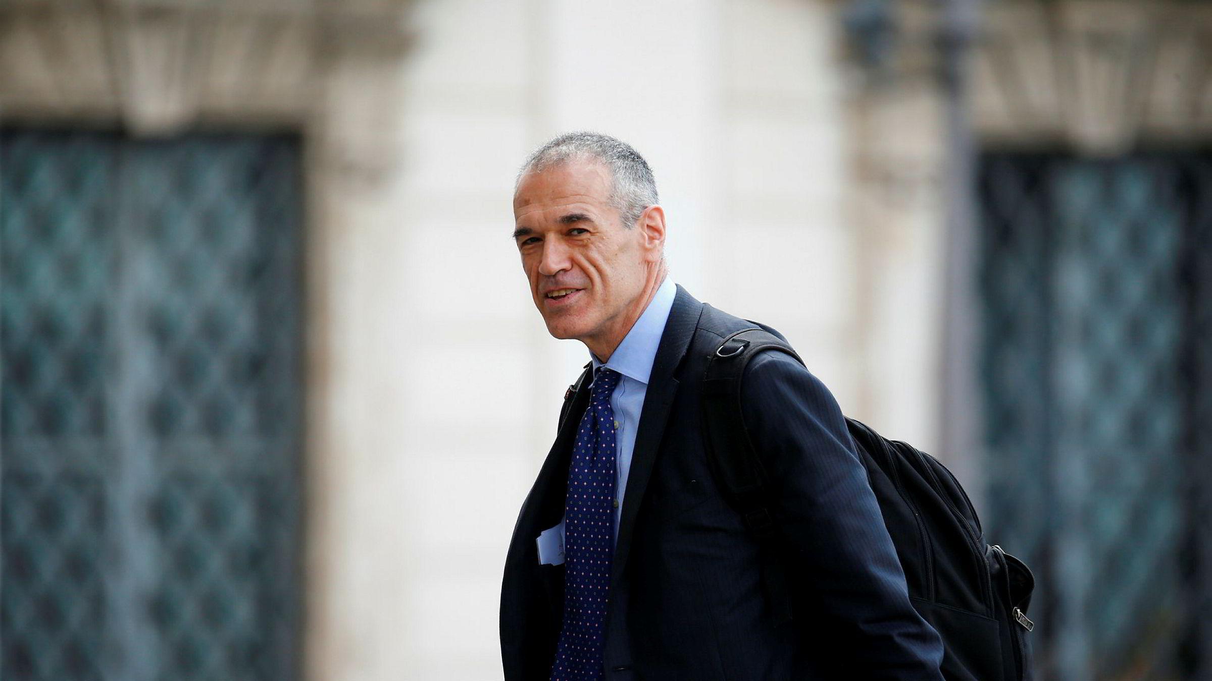 Tidligere IMF-topp Carlo Cottarelli ankommer møtet med president Sergio Mattarella Quirinal Palace i Roma mandag.