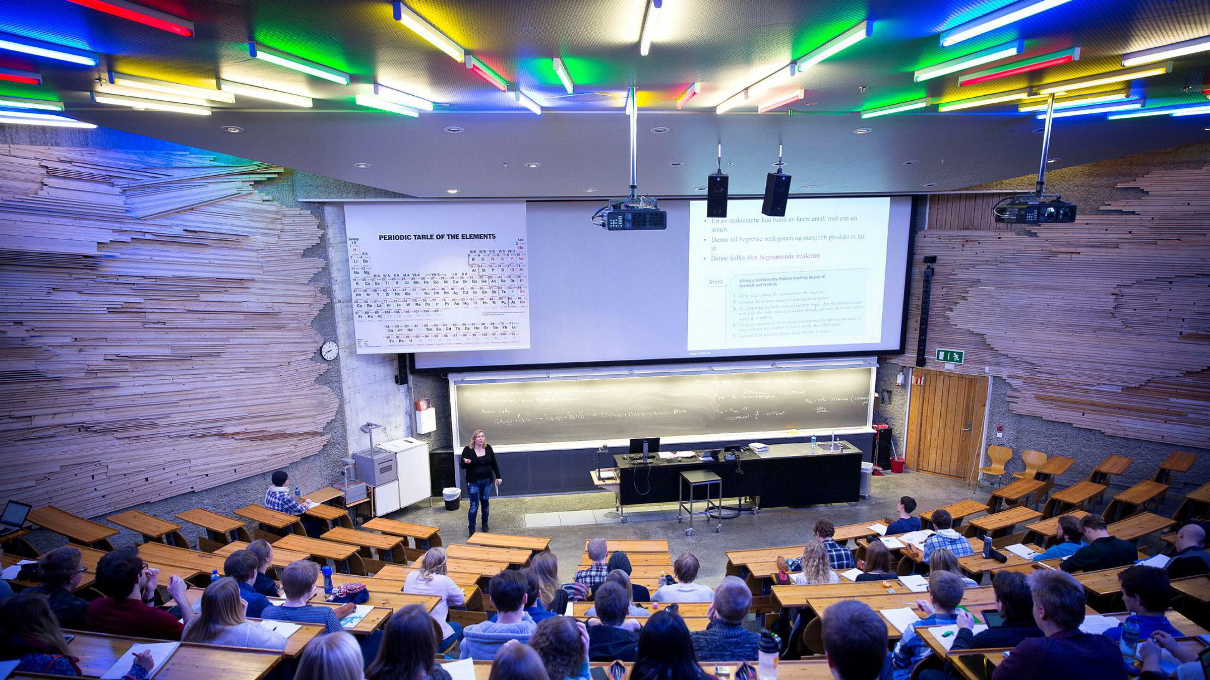 Alt for mange benker står tomme på norske realfagsforelesninger. Sammenlignet med nabolandene uteksaminerer Norge vesentlig færre studenter i realfag, noe som ikke er godt nytt med tanke på Norges fremtidige behov av teknologer. Her fra en kjemiforelesning på Gløshaugen i Trondheim.