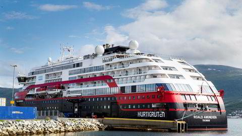 Hurtigruteskipet Roald Amundsen ligger i Breivika ved Tromsø.