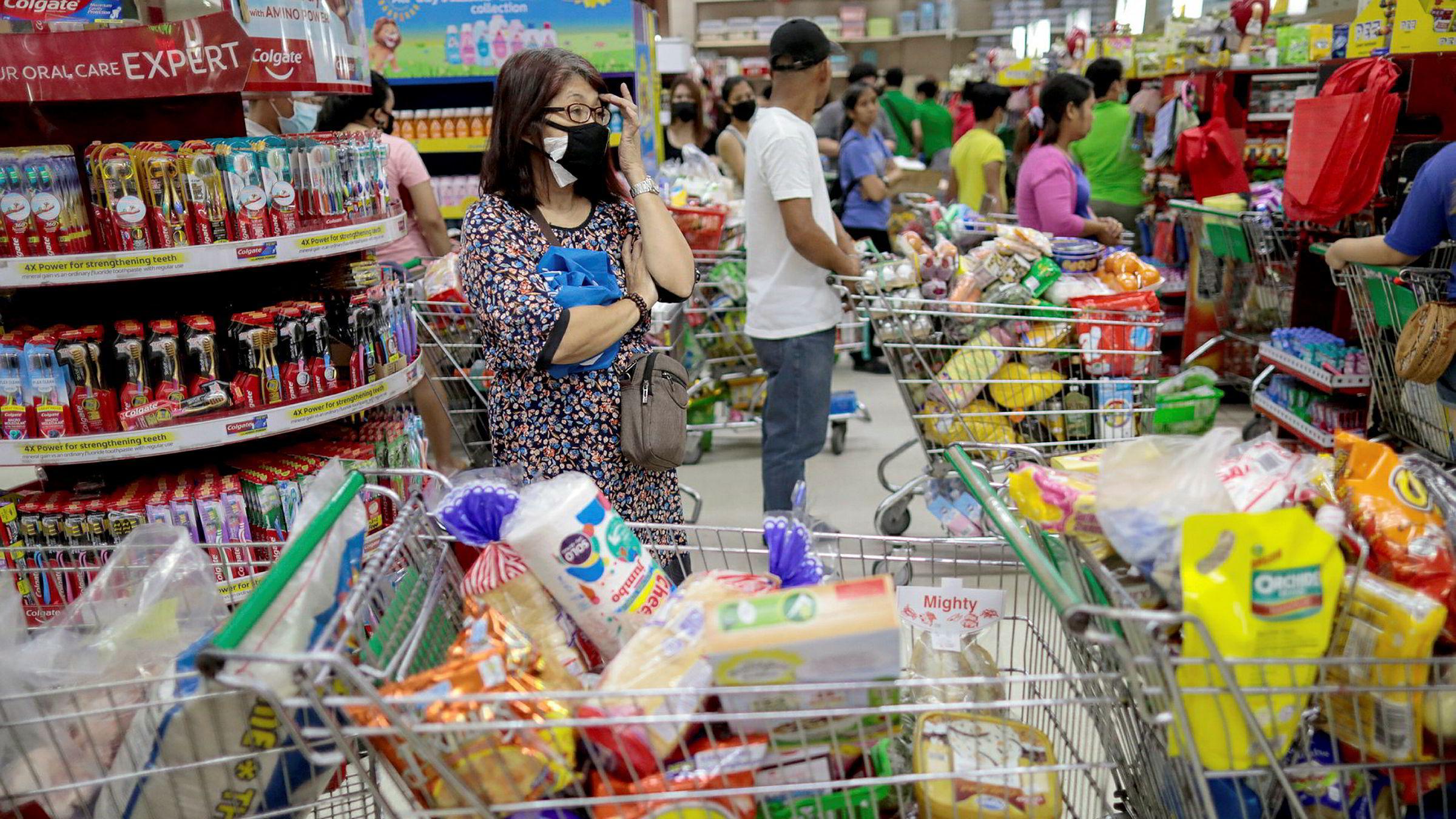 Filippinene stenger hovedstaden Manila – og børsen – den neste måneden. Malaysia stenger grensene i to uker og vil stenge nesten alt av butikker, med unntak av matbutikker. Her fra et kjøpesenter i Manila.
