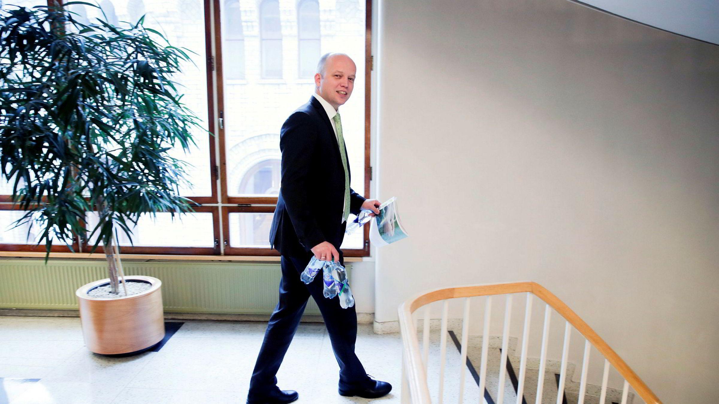 Senterparti-leder Trygve Slagsvold Vedum foreslår i budsjettet han holder i hånden, å kutte avgifter. Bortsett fra dem han vil øke.