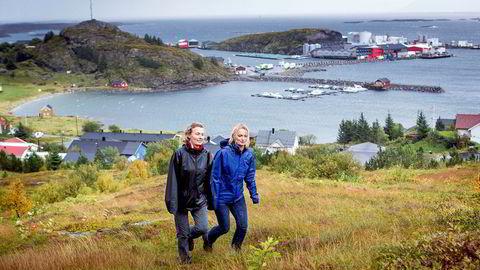 Søstrene Aino (til venstre) og Maria Olaisen på øya Lovund, hovedkvarteret til oppdrettsselskapet Nova Sea som søsknene arvet etter faren og gründeren Steinar Olaisen. Faren innførte en generøs bonusordning til de ansatte som føres videre.