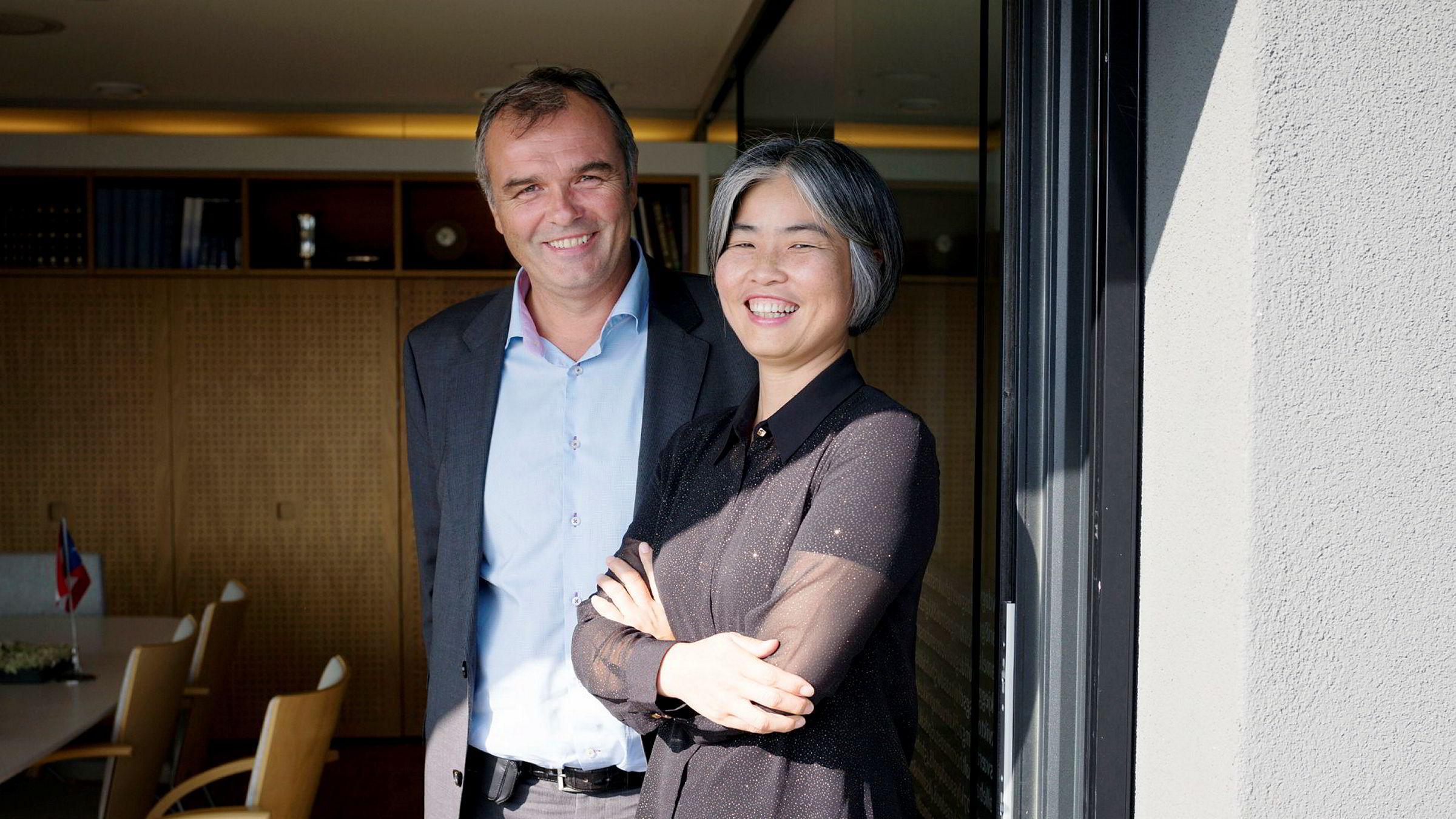 Yuhong Jin Hermansen er største eier i syndikatet som nå selger Statens Hus i Stavanger. Her sammen med konsernsjef Ingvald Løining i DSD.