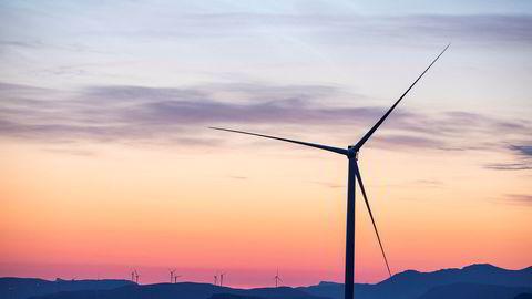 Arbeidet med å montere vindmøller pågår for fult på Guleslettene vindpark like ved Florø. Totalt skal det reises 47 vindmøller i dette området. Hvert tårn er 90 meter høyt.